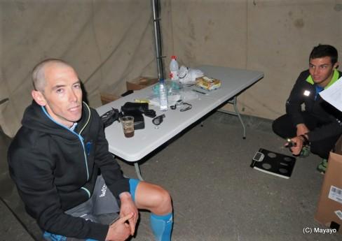El campeón Ion Azpiroz pasando control médico en meta Canfranc 100km